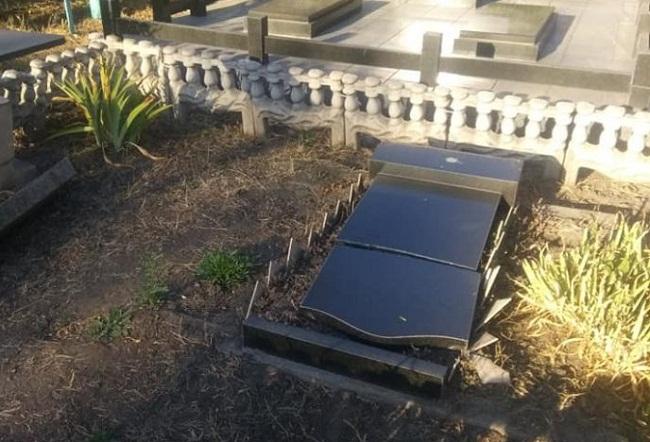 В Олександрії на кладовищі понівечили могили