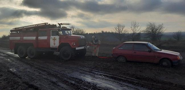 В Пантаївці рятувальники дістали з багнюки автівку