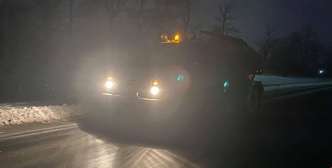 Вітер здуває навіть важку техніку: водіїв закликають залишатися вдома