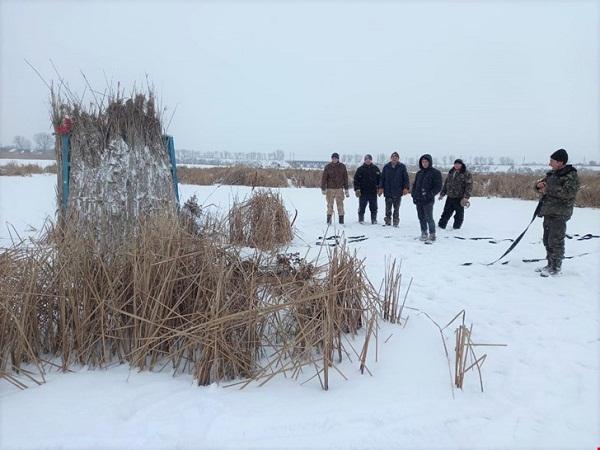 У Приютівській громаді встановили будинки-годівниці для лебедів
