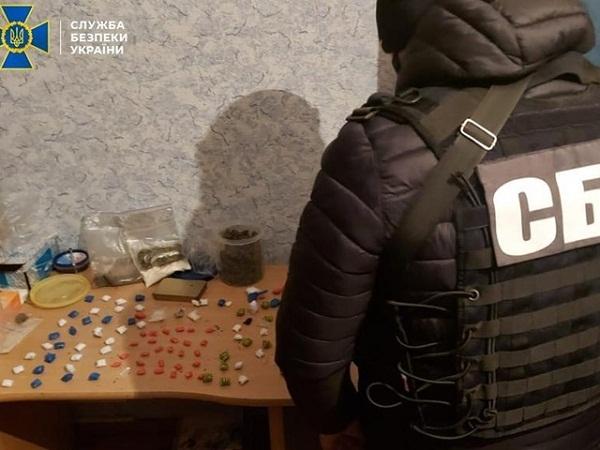 Подружжя з Кіровоградщини продавало наркотики через інтернет
