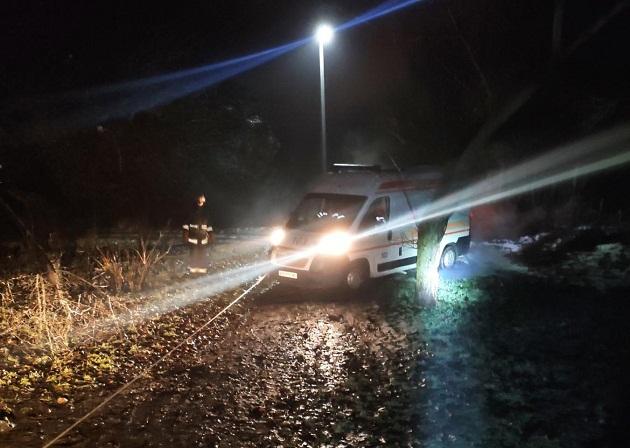 Олександрійські рятувальники відбуксирували автомобіль швидкої допомоги