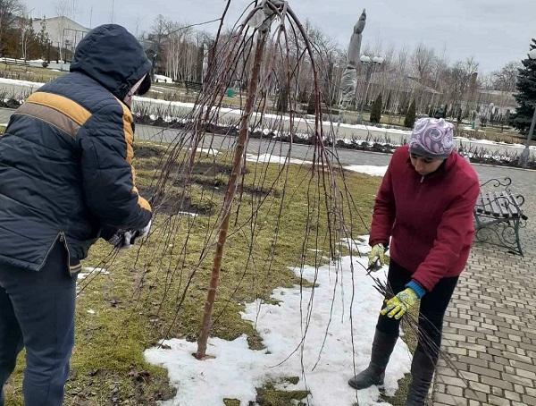 Комунальники упорядковують місто після зими