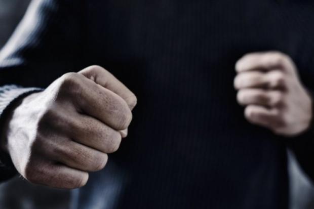 В Олександрії двоє спільників напали на перехожого
