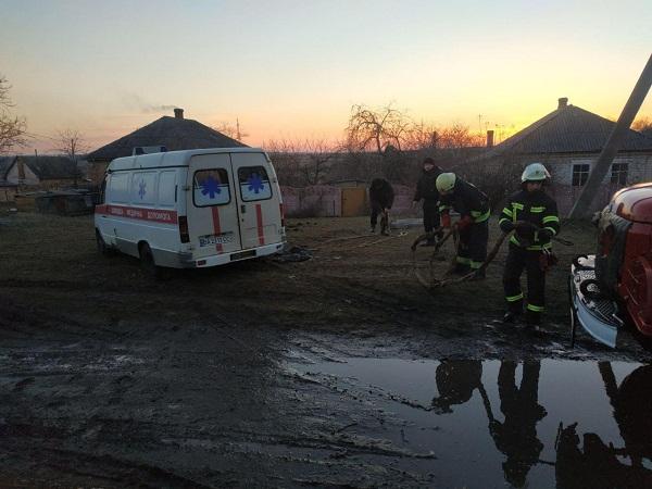 """Олександрійські рятувальники діставали з багнюки """"швидку"""""""