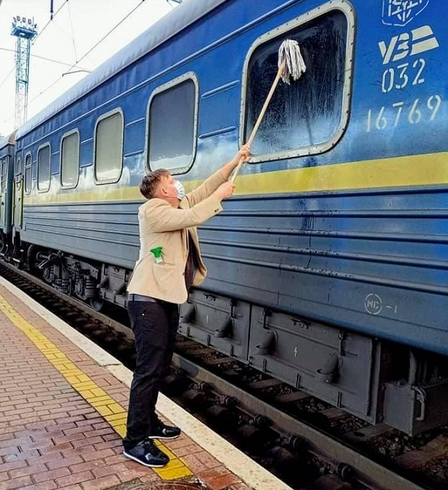 Іноземець купив швабру і самостійно вимив вікно купе Укрзалізниці