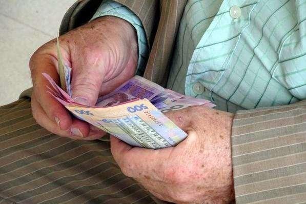 Від вересня пенсії переводять на банківські картки