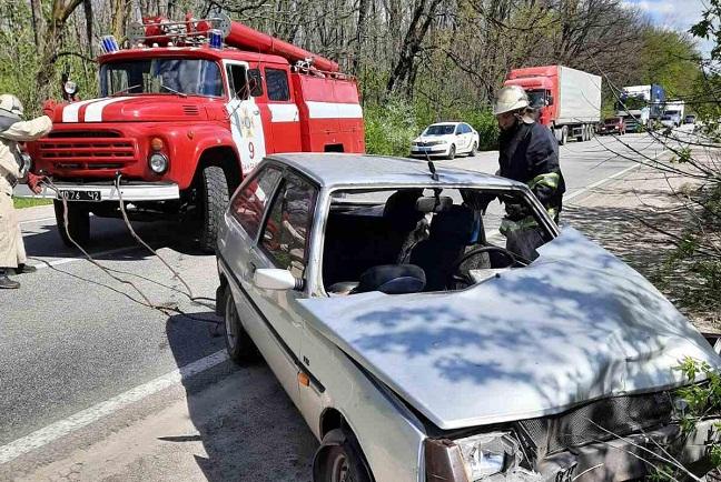Олександрійські рятувальники дістали автомобіль з кювету