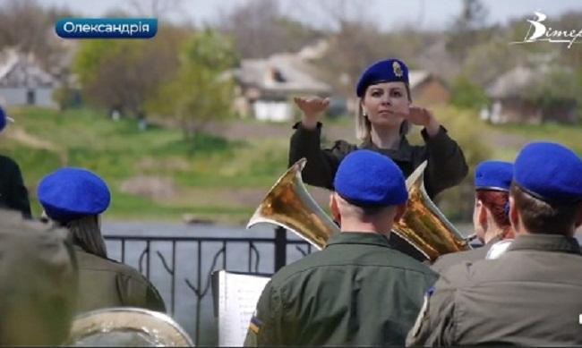 Єдина в Нацгвардії України жінка-диригент керує оркестром в Олександрії (ВІДЕО)