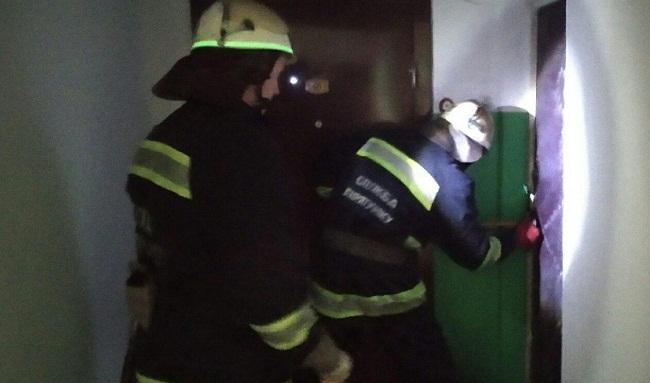В Олександрії рятувальники відчинили двері квартири, в якій знаходилася хвора жінка