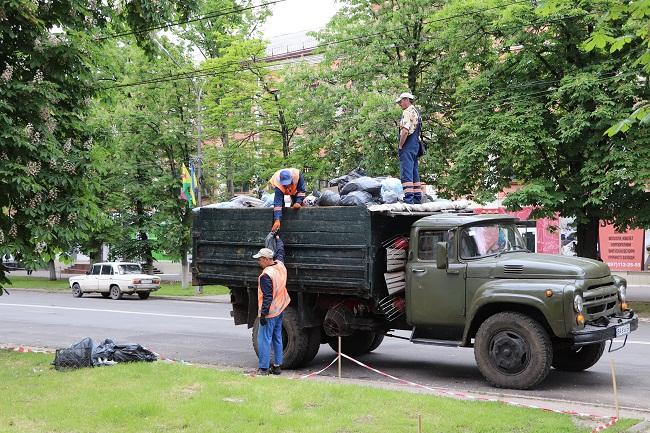 Комунальники усувають наслідки святкування Дня міста