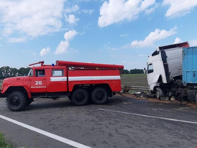 Зіткнулися три вантажівки, одного з водіїв госпіталізували