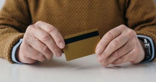 Кабмін скасував примусове переведення пенсій на картки з 1 вересня