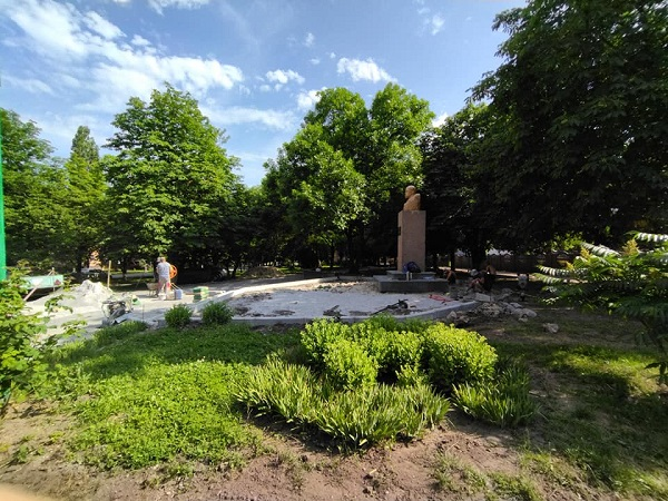 В Олександрії триває реконструкція скверу біля гімназії Шевченка
