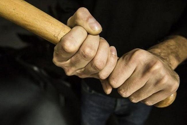 Житель Петрівського району побив знайомого палицею, аби помститися за те, що той образив його матір.