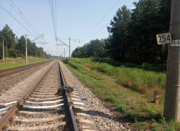 На Кіровоградщині невідомі зупинили шинами електричку та розбили вікно у вагоні