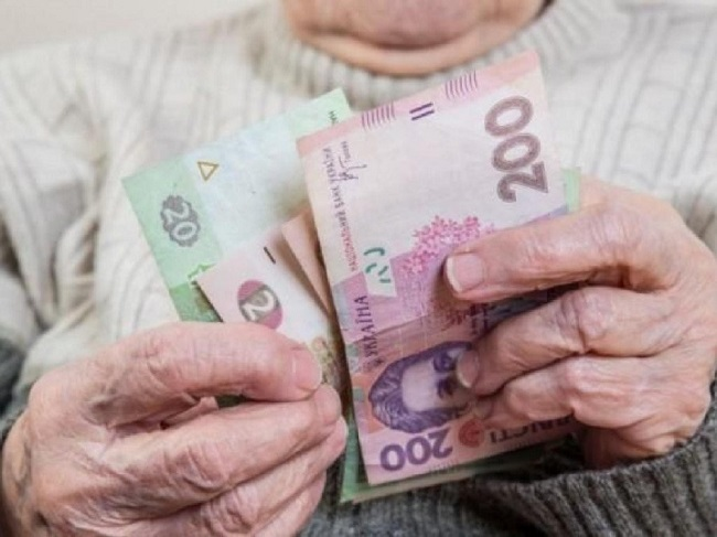 Українкам при виході на пенсію потрібно підтвердити дошлюбне прізвище