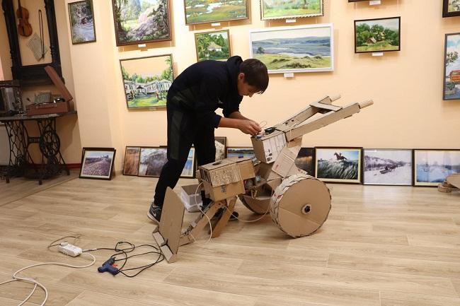 Школяр з Олександрійщини виготовляє моделі сільгосптехніки з відходів