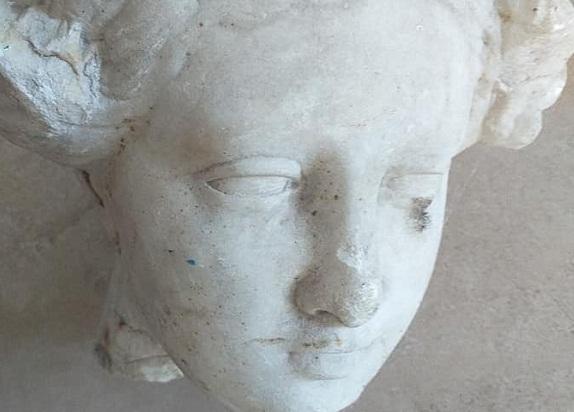 Мармурова дівчина Олександрійського театру відправилась на реставрацію до Києва