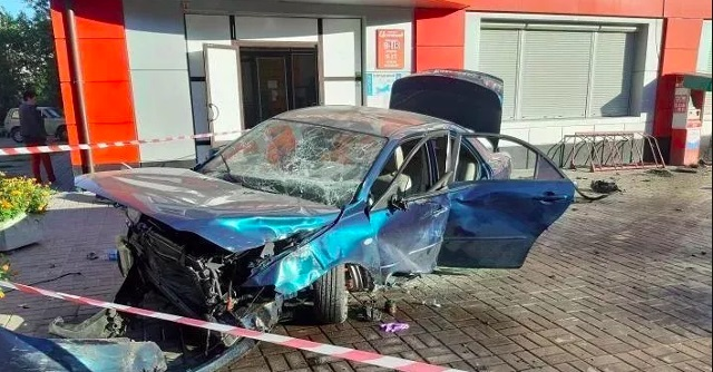 Mazda на тротуарі збила 27-річну дівчину
