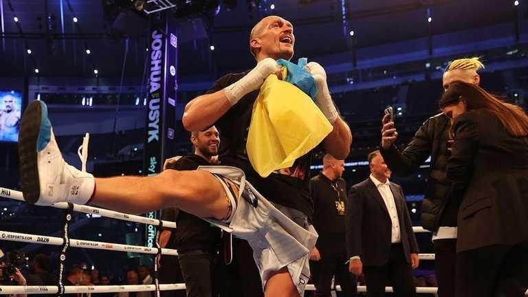 Усик після перемоги над Джошуа затанцював гопак із прапором України в руках