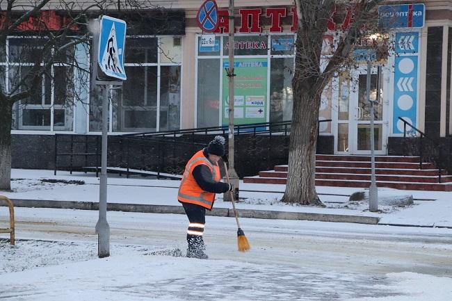 Сніг іде, а комунальники працюють