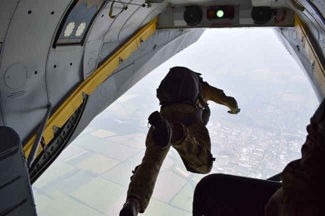 В Олександрії гвардійці виконували стрибки з висоти 2500 метрів