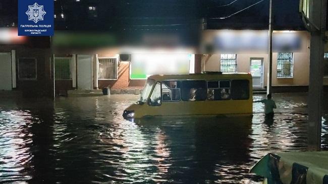 У Кропивницькому через негоду затопило вулиці, автівки плавають у воді (ВІДЕО)